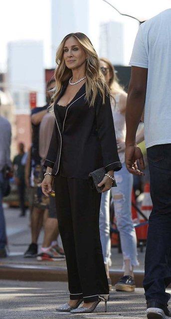 Сара Джессика Паркер прогулялась по городу в нижнем белье и шелковой пижаме - фото 136573
