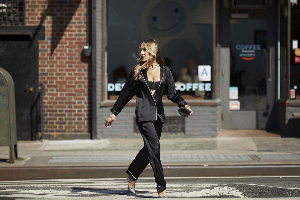 Сара Джессика Паркер прогулялась по городу в нижнем белье и шелковой пижаме - фото 136575