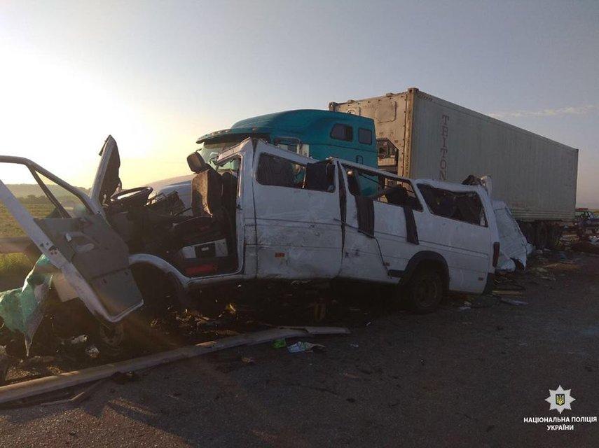 В Николаевской области маршрутка с пассажирами попала в аварию: много погибших (ФОТО) - фото 136787