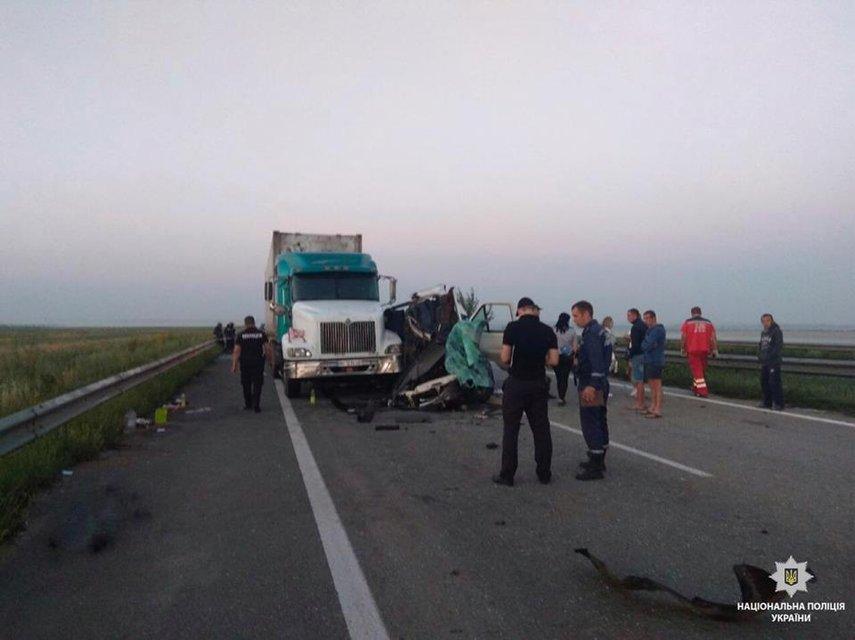 В Николаевской области маршрутка с пассажирами попала в аварию: много погибших (ФОТО) - фото 136788