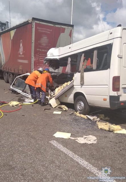 Маршрутка врезалась в грузовик в Житомирской области: 10 погибших (ФОТО+ВИДЕО) - фото 136831
