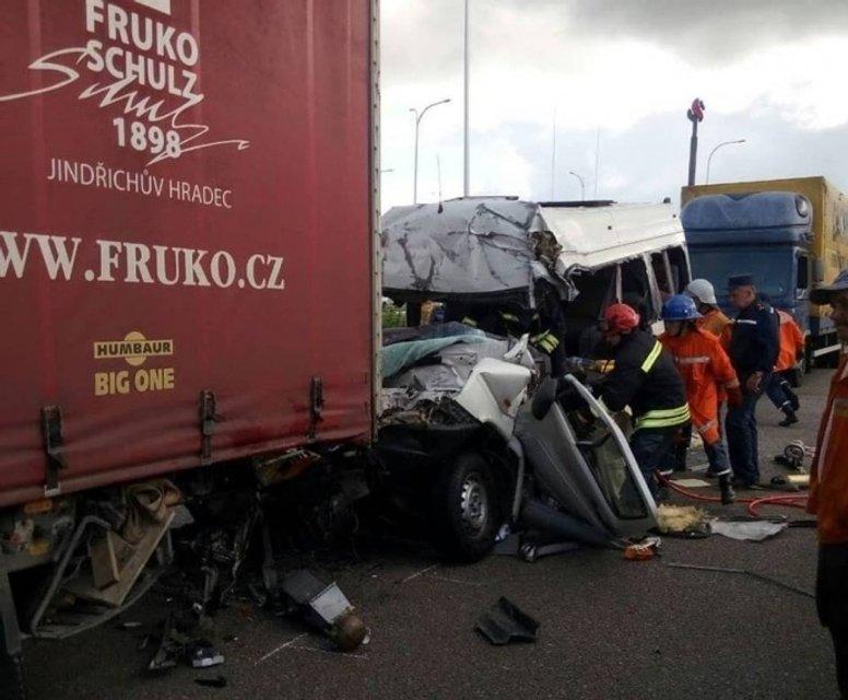 Маршрутка врезалась в грузовик в Житомирской области: 10 погибших (ФОТО+ВИДЕО) - фото 136832