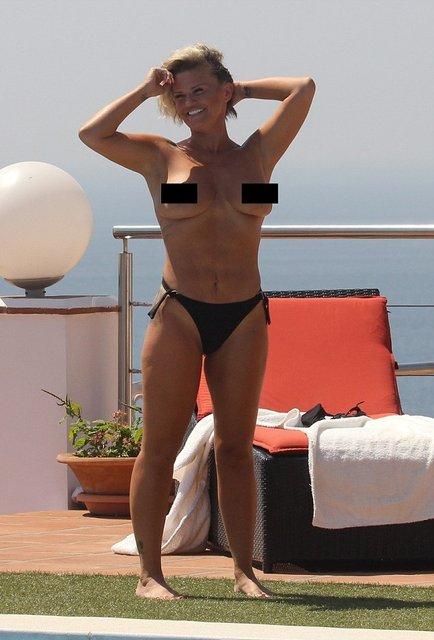 В сеть слили интимные фото голой британской певицы - фото 136879