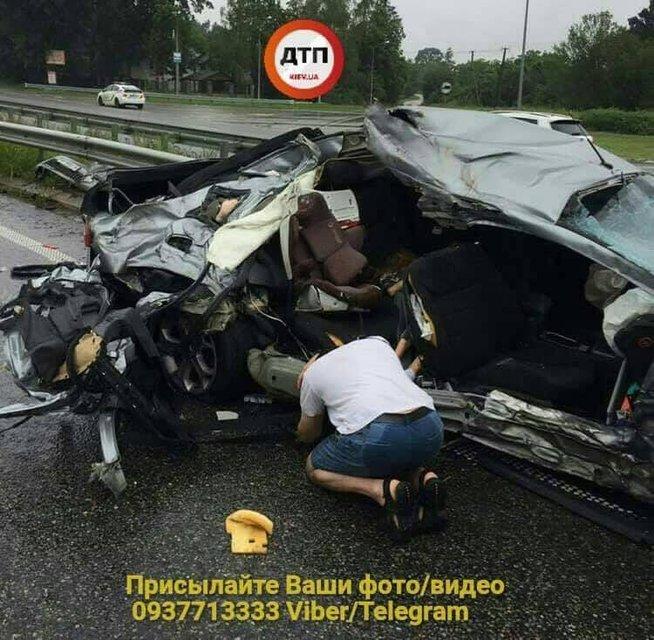 Очередное серьезное ДТП: на Киевщине авто влетело в грузовик, погибла женщина и ребенок - фото 137085