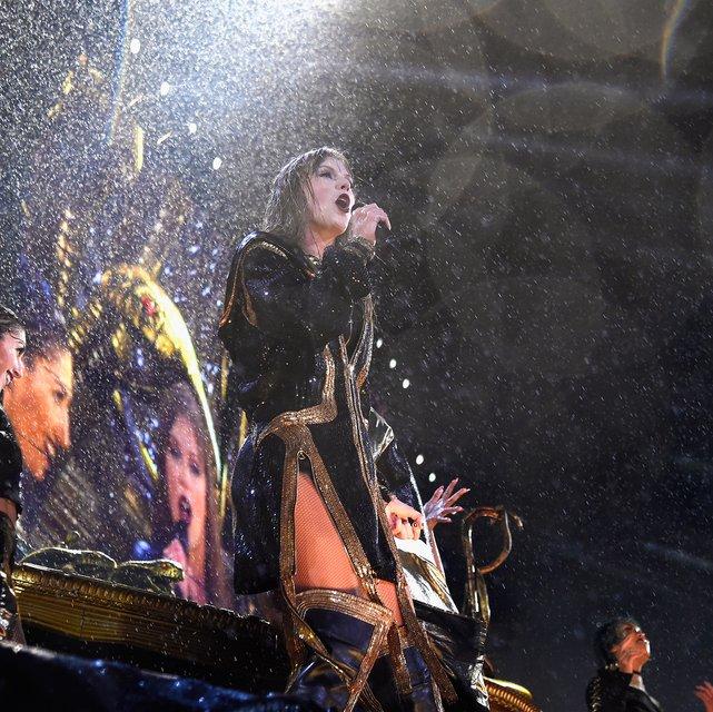 Тейлор Свифт упала на сцене во время выступления - фото 137335
