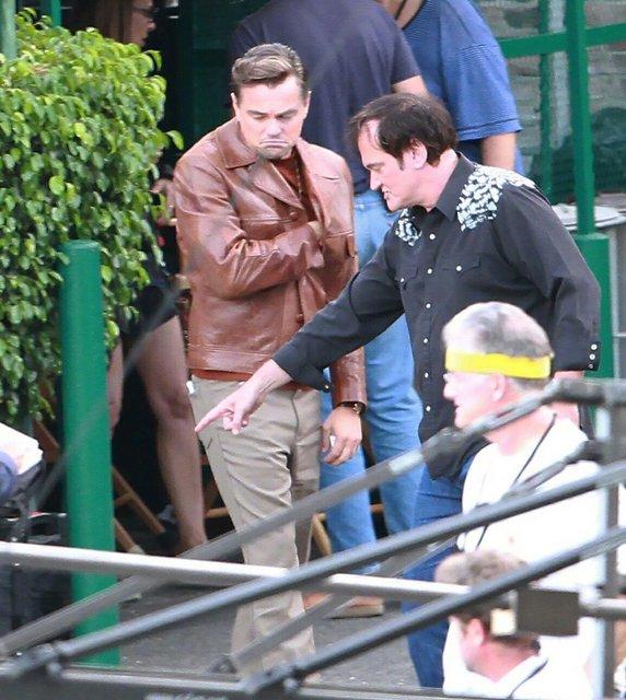 Однажды в Голливуде: Леонардо Ди Каприо и Брэд Питт на новых фото со съемок - фото 137383