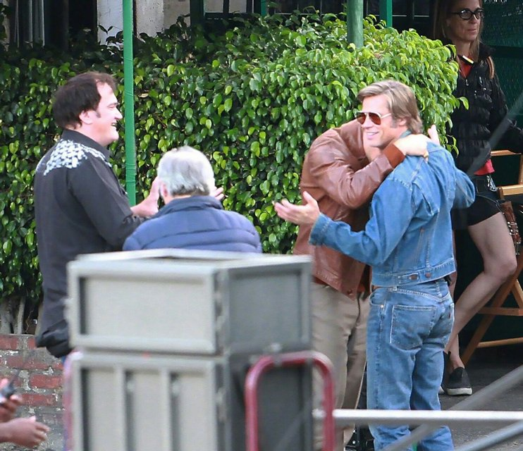 Однажды в Голливуде: Леонардо Ди Каприо и Брэд Питт на новых фото со съемок - фото 137388