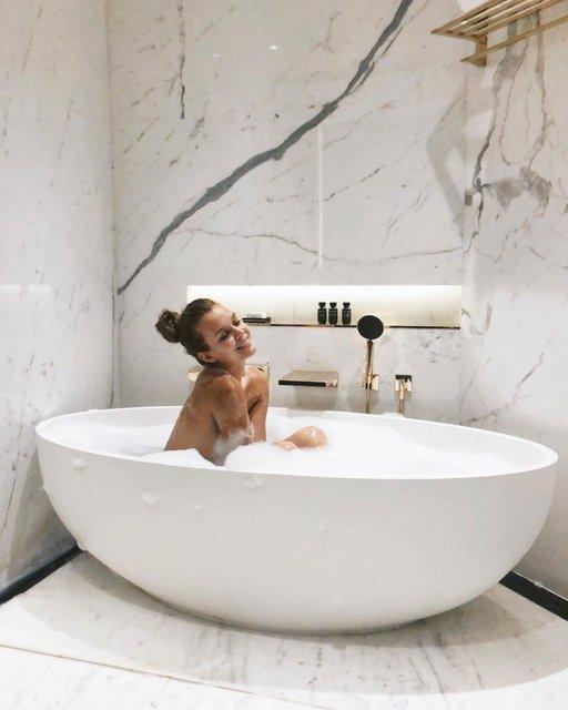Голая модель Victoria's Sectret показала, как принимает ванну - фото 137504