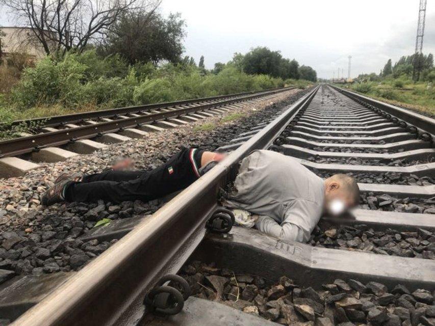 В Херсоне поезд переехал мужчину, разделив его тело на две части (фото 18+) - фото 137623