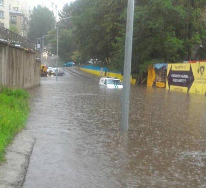 Стихия в Киеве: из-за ливня плавают машины и стоят трамваи, затоплены переходы ФОТО+ВИДЕО - фото 137674
