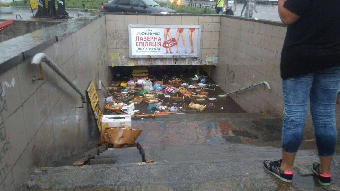 Стихия в Киеве: из-за ливня плавают машины и стоят трамваи, затоплены переходы ФОТО+ВИДЕО - фото 137677