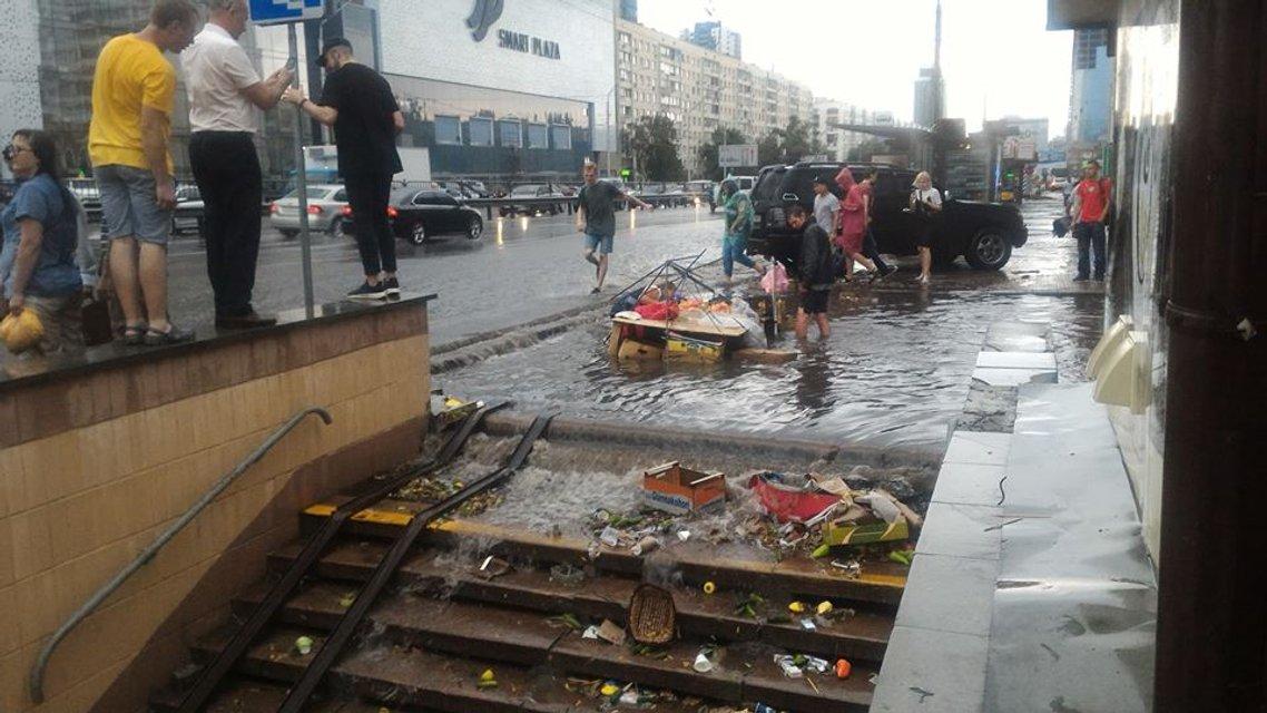 Стихия в Киеве: из-за ливня плавают машины и стоят трамваи, затоплены переходы ФОТО+ВИДЕО - фото 137678