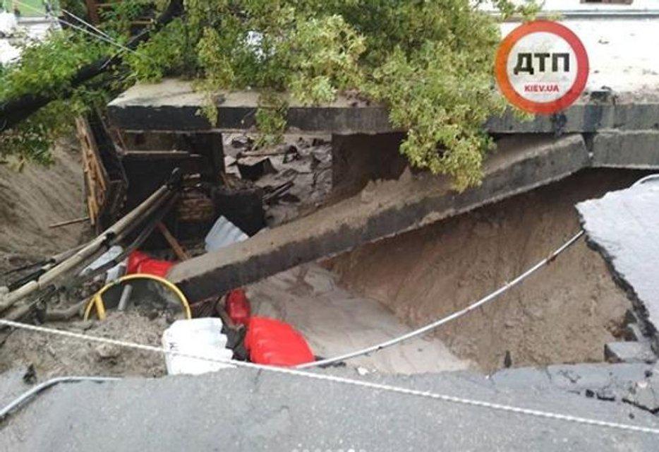 В Киеве из-за сильнейшего ливня обрушился мост (ФОТО) - фото 137692
