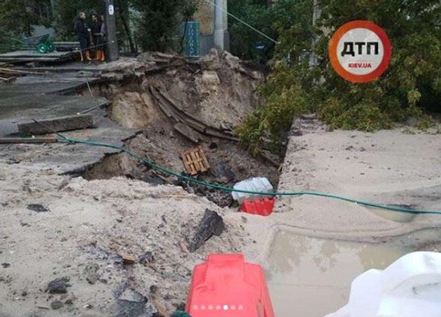 В Киеве из-за сильнейшего ливня обрушился мост (ФОТО) - фото 137694