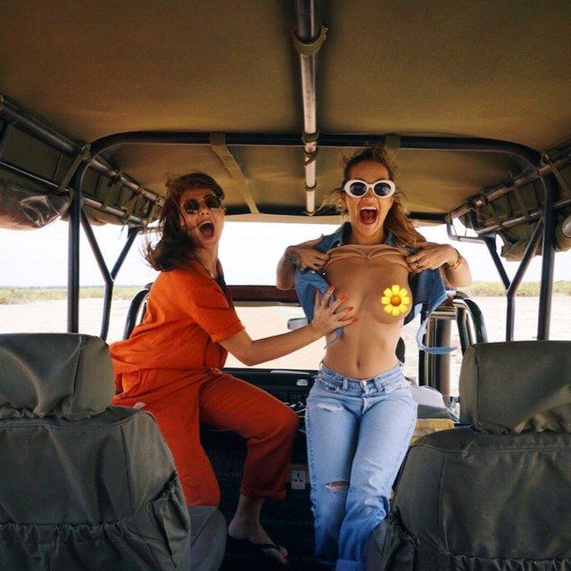 Рита Ора публично показала голую грудь - фото 137914