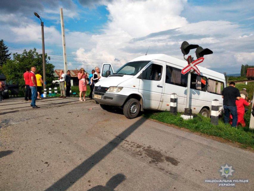 В Черновицкой области поезд протаранил микроавтобус: есть погибшие - фото 138177