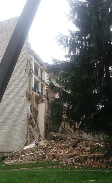В Житомирской области из-за дождей обрушилось общежитие - фото 138252