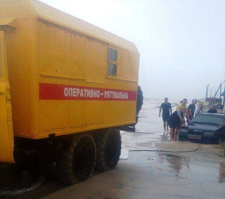 Возле Азовского моря эвакуировали 36 автомобилей с отдыхающими - фото 138264