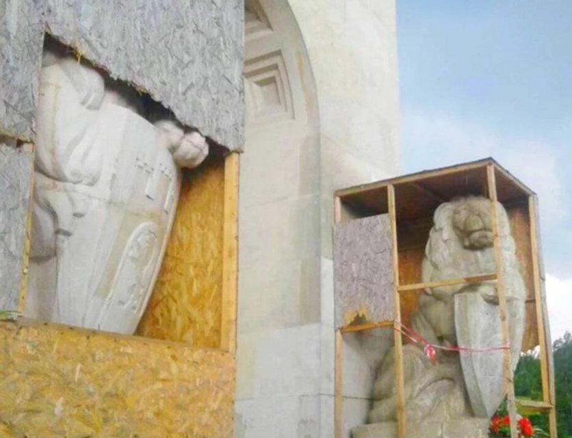 Поляка, который повредил Мемориал орлят во Львове, оштрафовали на 85 гривен - фото 138382
