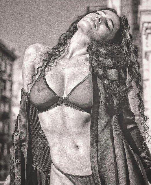 Даша Астафьева снялась обнаженной в чувственной фотосессии - фото 138539