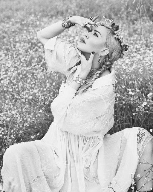 Мадонна в чулках и кружевном белье появилась на обложке глянца - фото 138589