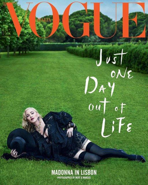 Мадонна в чулках и кружевном белье появилась на обложке глянца - фото 138590