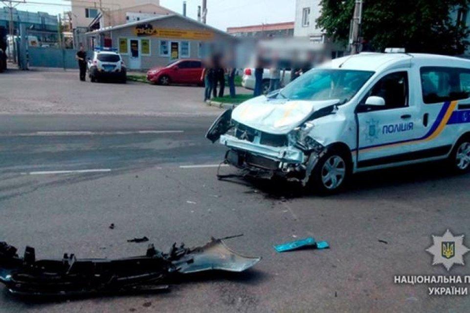 Ехали на красный: в Полтаве столкнулись авто патрульных и инкассаторов (ФОТО) - фото 138599