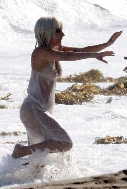 Леди Гага публично засветила грудь на пляже - фото 138725