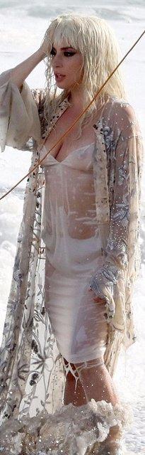 Леди Гага публично засветила грудь на пляже - фото 138726
