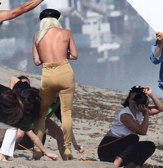 Леди Гага публично засветила грудь на пляже - фото 138727