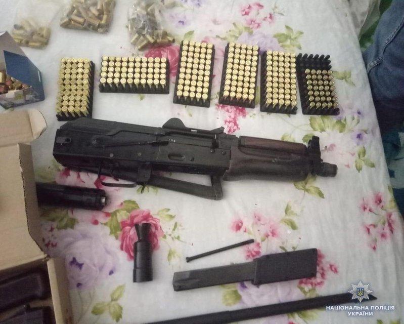 Заказы через интернет и доставка по почте: в Украине накрыли группу торговцев оружием - фото 138901