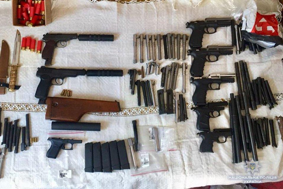 Заказы через интернет и доставка по почте: в Украине накрыли группу торговцев оружием - фото 138902