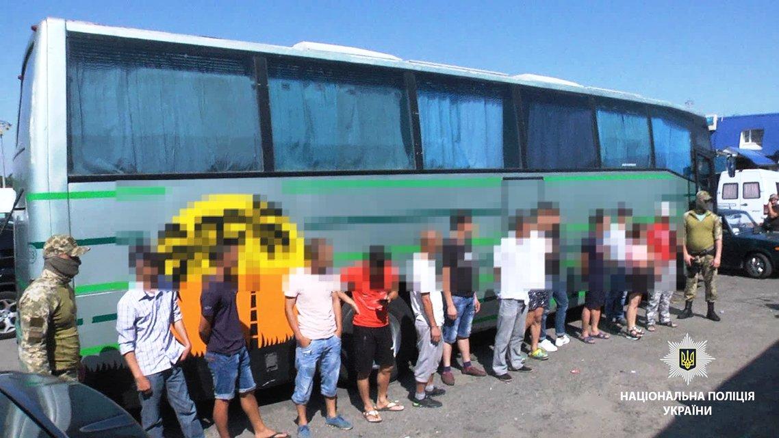 В Одессе задержали 17 нелегальных мигрантов - фото 139889