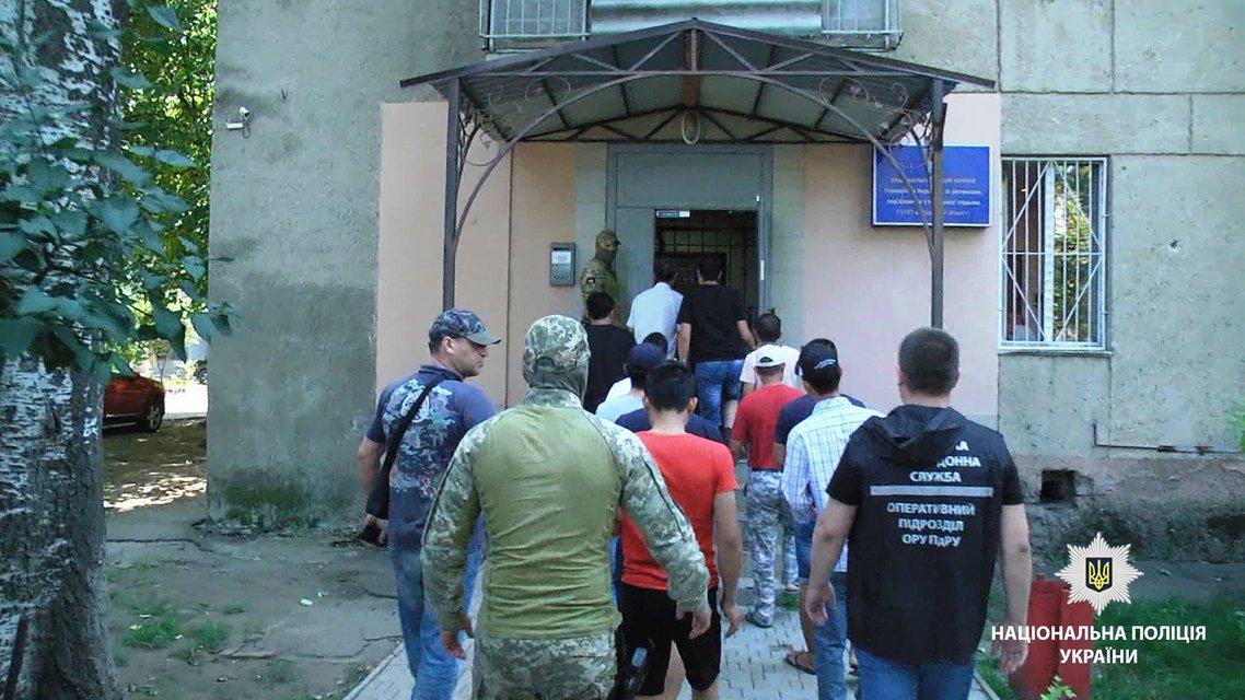 В Одессе задержали 17 нелегальных мигрантов - фото 139891