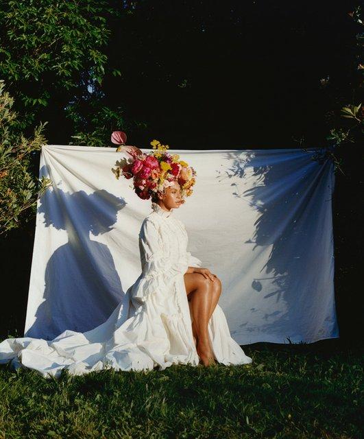Бейонсе с венком на голове снялась в необычной фотосессии - фото 139967
