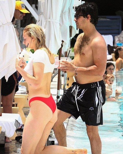 Софи Тернер в мокрой майке и стрингах резвится в бассейне с женихом - фото 141568