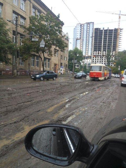 В Киеве выпал град, а ураганный ветер снес деревья и обрушил здание на Крещатике (ФОТО) - фото 141582