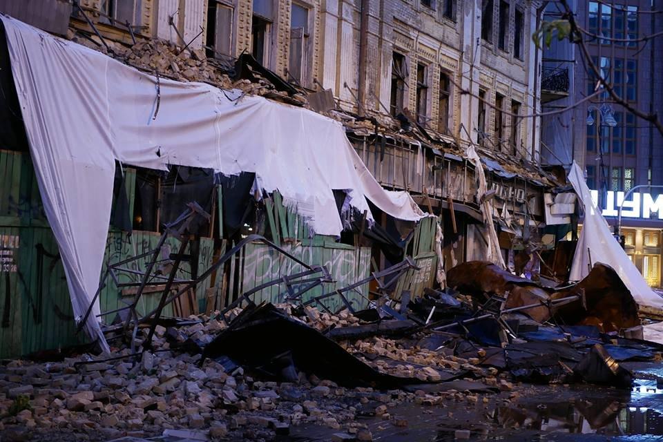 В Киеве выпал град, а ураганный ветер снес деревья и обрушил здание на Крещатике (ФОТО) - фото 141587