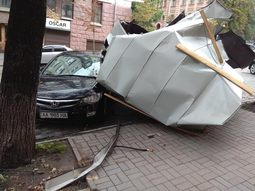 В Киеве выпал град, а ураганный ветер снес деревья и обрушил здание на Крещатике (ФОТО) - фото 141605
