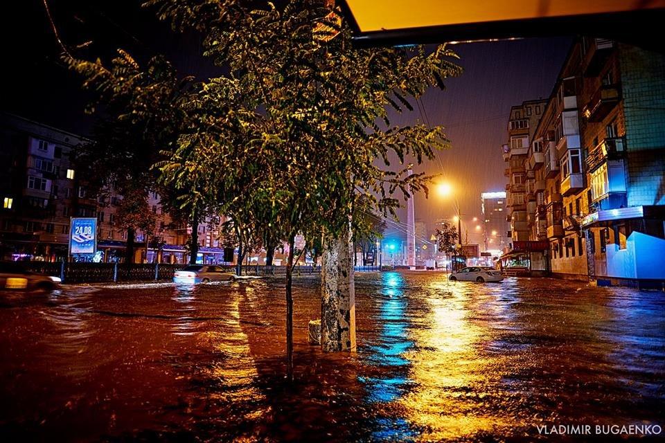 Киевский потоп как искусство: подборка эпичных фото ночной стихии (ФОТО) - фото 141642