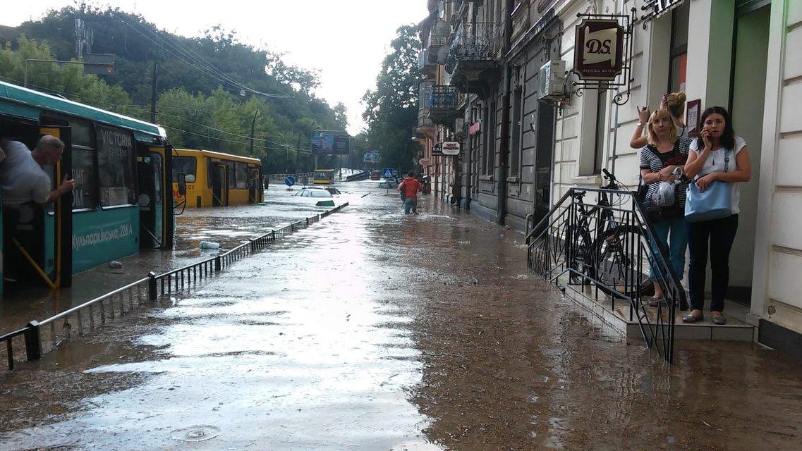 Во Львове прошел сильный ливень с грозой: машины под водой (фото) - фото 141929