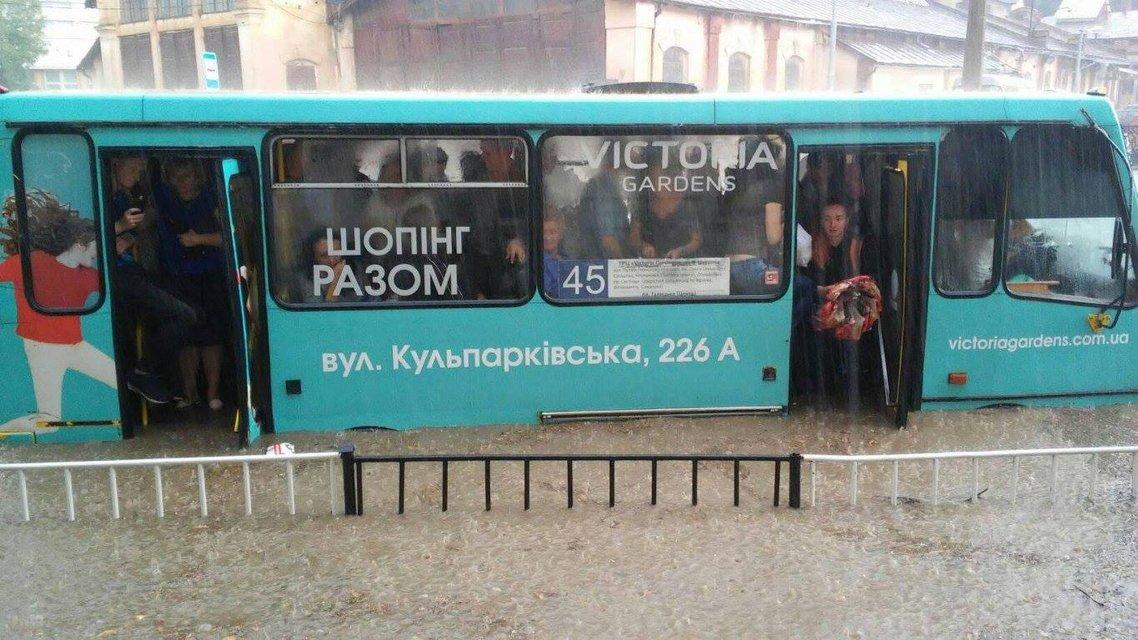 Во Львове прошел сильный ливень с грозой: машины под водой (фото) - фото 141930