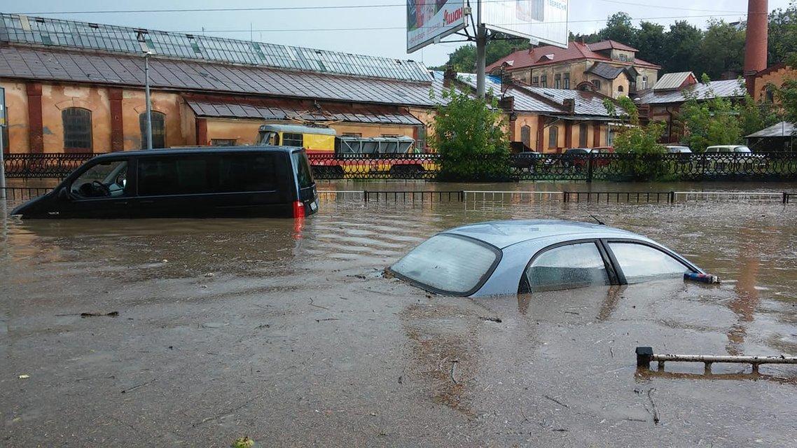 Во Львове прошел сильный ливень с грозой: машины под водой (фото) - фото 141931