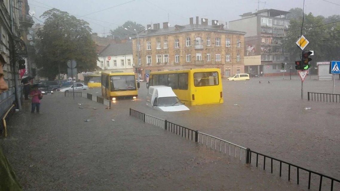 Во Львове прошел сильный ливень с грозой: машины под водой (фото) - фото 141933