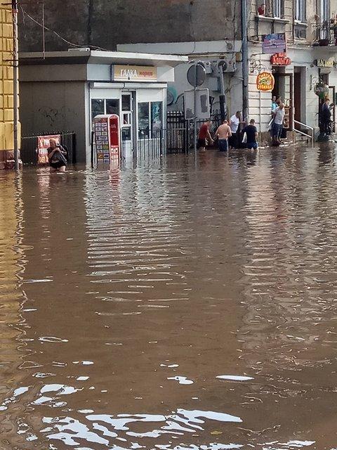 Во Львове прошел сильный ливень с грозой: машины под водой (фото) - фото 141938