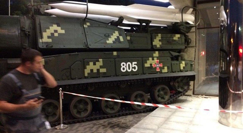 В Киеве 'Бук' в метре от людей протаранил здание (видео) - фото 142055