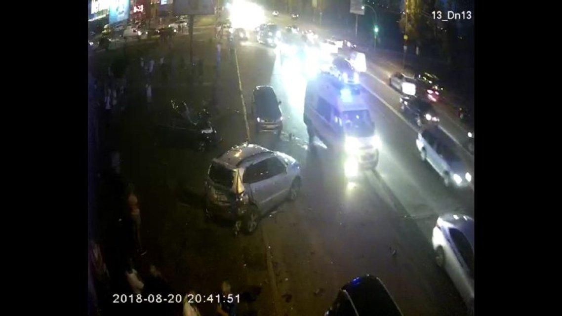 В Киеве BMW на огромной скорости смял четыре машины (ФОТО, ВИДЕО) - фото 142329