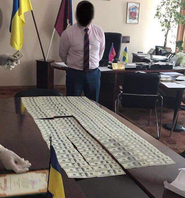 Глава райадминистрации Хмельницкой области попался на взятке в почти 33 тысячи долларов - фото 142520