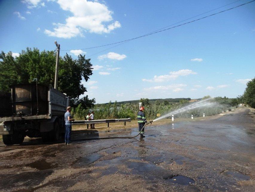В Черкасской области в ДТП попал грузовик с химической продукцией - фото 143253
