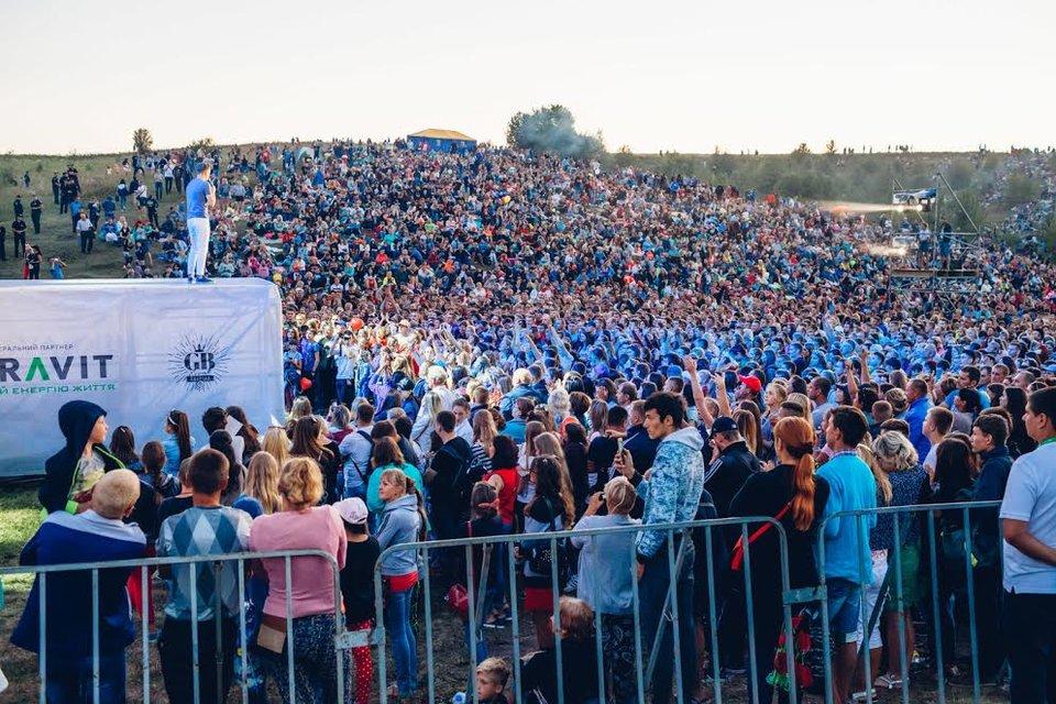 Kvartal FEST: Артем Гагарин провел масштабный концерт для 150 тысяч гостей - фото 143380